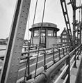 Overzicht brugwachtershuisje op de hefbrug over de Gouwe, vanaf de brug - Boskoop - 20353274 - RCE.jpg