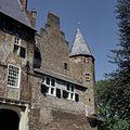Overzicht van de voorgevel met deel ingangspartij met wapensteen en spie-toren - Hernen - 20424146 - RCE.jpg