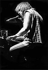 Neil Young in concerto negli anni ottanta.