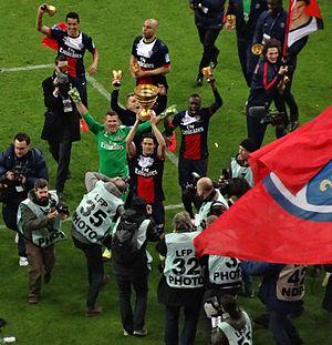 Nicolas Douchez - Douchez raising the Coupe de la Ligue 2014 trophy