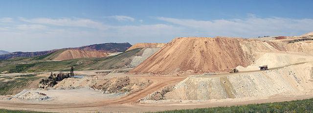 Fosfatrika mineral bryts i många dagbrott, som i det här i Flaming Gorge, USA.