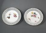 Porslin. Två tallrikar, vita med blomsterdekor och genombrutna kanter - Hallwylska museet - 89150.tif