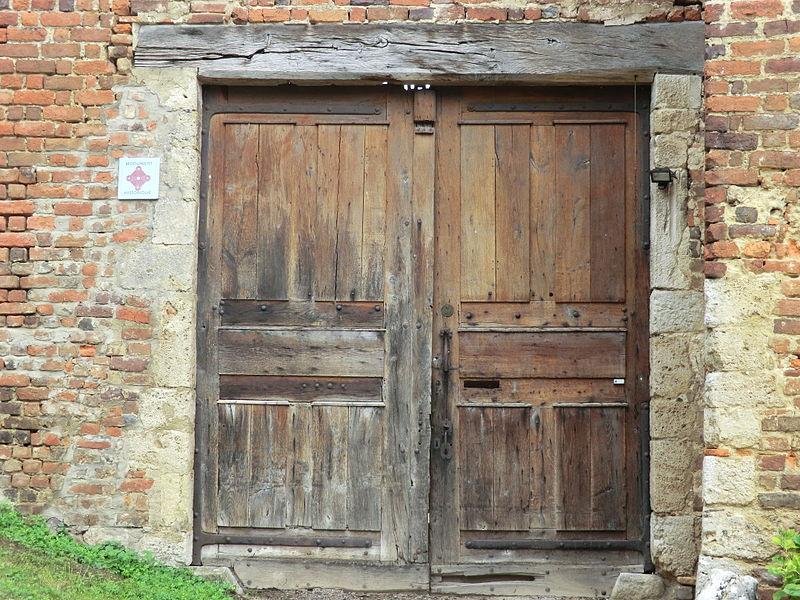 Porte en bois et plaque MH au château du Montellier.