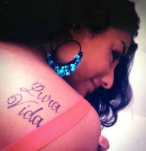 "The phrase ""Pura Vida"" on a woman's shoulder Pura Vida en la piel.JPG"