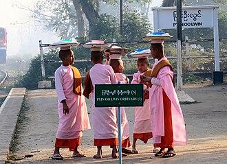 Thilashin - Young Thilashin before alms round in Pyin Oo Lwin train station (Myanmar).