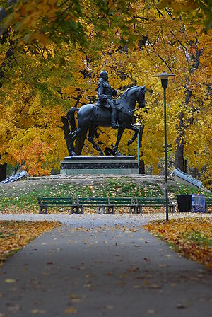 Queen's Park (Toronto) - Equestrian statue of Edward VII at the origin point of the park's radial footpaths