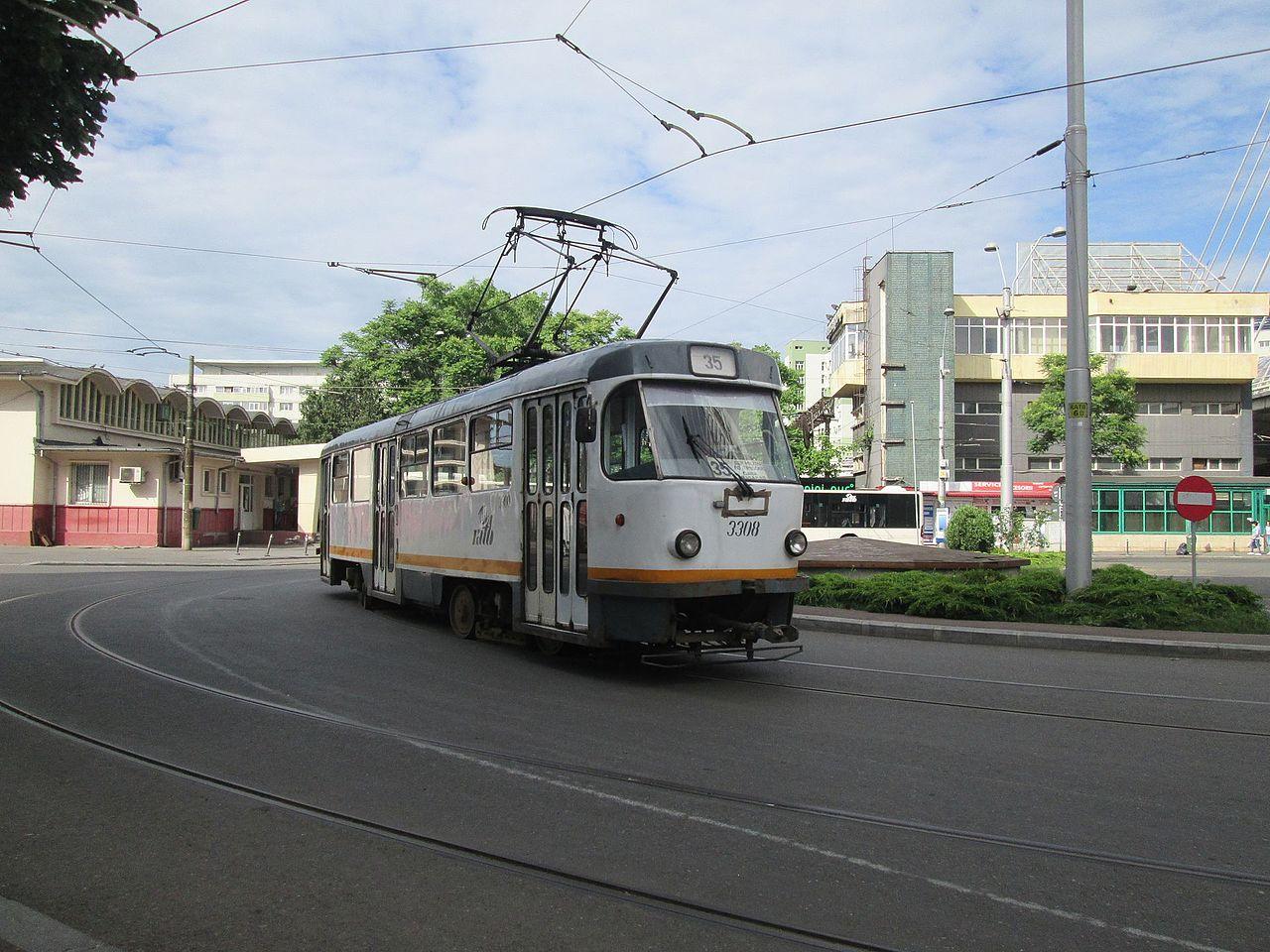 Tramwaj Tatra T4R linii 35 na stacji Basarab