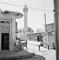 Ramle Straatbeeld met winkels en de Grote Moskee met minaret, Bestanddeelnr 255-3873.jpg