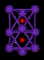 Míč-a-stick diagram ukazuje dvě běžné octahedra, které jsou spojeny k sobě navzájem prostřednictvím jedné straně.  Všech devět vrcholy struktury jsou fialové koule představující rubidia a ve středu každého octahedron je malá červená koule představující kyslík.