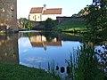 Reflet de l'église du château d'Anizy, Limanton, Nièvre.jpg