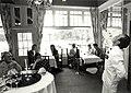 Restaurant Amazing Azia aan de Zeeweg 3. Optreden van een Chinese gochelaar. Aangekocht in 1990 van United Photos de Boer bv. - Negatiefnummer 30973 k 9-9 a. - Gepubliceerd in het Haarlems Dagblad van.JPG