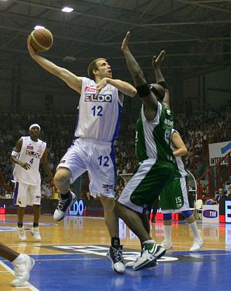 Basketball moves - Mason Rocca making a hook shot for Eldo Napoli, 2006