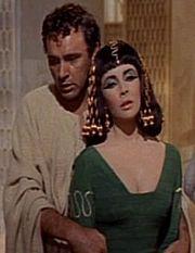 Richard Burton ed Elizabeth Taylor in una scena di Cleopatra (1963)