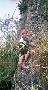 Niño practicando escalada en roca en el Cerro de los Metates, Veracruz, México.