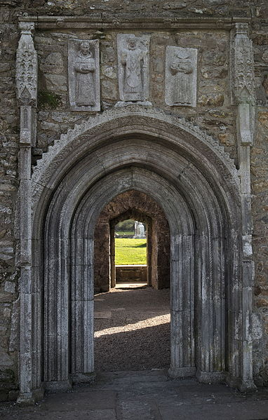File:Romanesque door of Clonmacnoise Cathedral.jpg