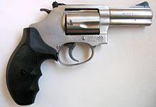 Una Smith & Wesson modello 60. Le guancette del calcio sono ergonomiche ed in gomma dura per offrire una migliore impugnabilità.
