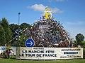 Saint-Martin-des-Champs, Manche - Rond point décoré pour la fete du tour.JPG