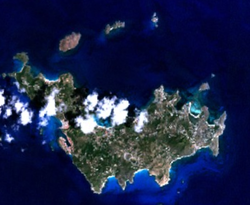 Satellietfoto (de inham tussen de bebouwing links is de haven van Gustavia)