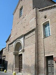 Vista laterale della facciata della Chiesa di Sant'Agostino, con il portale inclinato