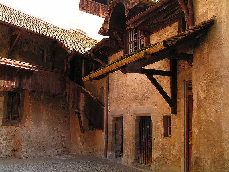 Fichier:Schweiz Schloss Chillon Innenansicht Hof.jpg