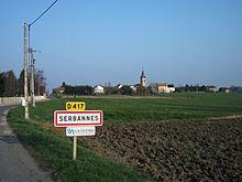 Entrée par la route départementale 417 et le centre du village au second plan