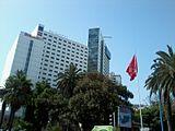 左のibis HOTELがイビスムサフィールカサブランカシティセンター
