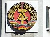 Staatswappen der Deutschen Demokratischen Republik am Mauermuseum.jpg
