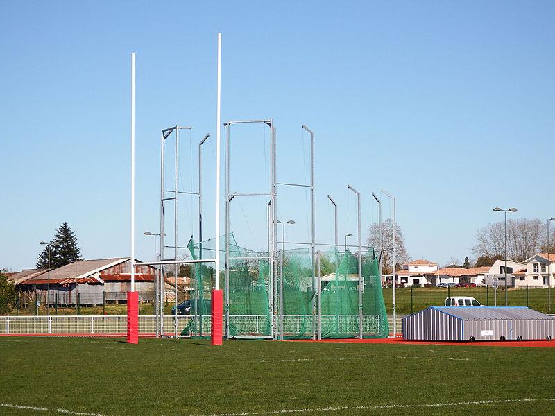 Aire d'athlétisme et de lancers du stade Colette-Besson de Dax, vue depuis le terrain d'honneur