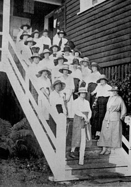 StateLibQld 1 119264 Lady Associate members of the Brisbane Golf Club at the Yeerongpilly links, 1922.jpg