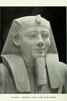 Standbeeld van Senusret I in het Cairo Museum, Egypte