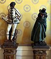 Statue in legno e porcellana coi personaggi della commedia dell'arte, 03 brighella e il dottore.jpg