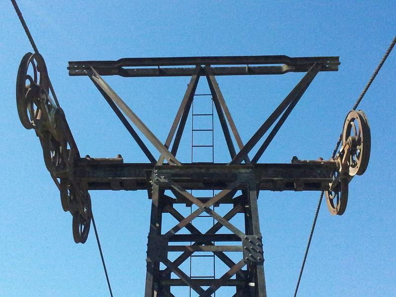 Détail du sommet d'un pylône de l'ancien transporteur aérien Maxéville-Dombasle exposé à l'entrée de la carrière Solvay de Saint-Germain-sur-Meuse.
