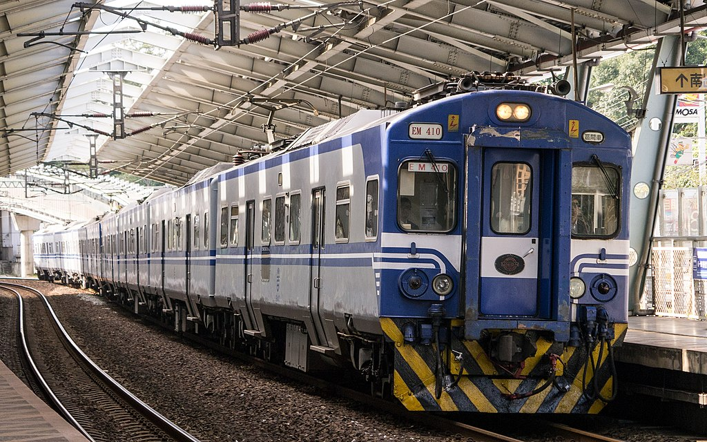 https://upload.wikimedia.org/wikipedia/commons/thumb/2/2e/TRA_EM410_at_Xike_Station_20150103.jpg/1024px-TRA_EM410_at_Xike_Station_20150103.jpg