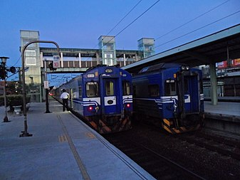 TRA EMU400 and EMU600 at Zhongli Station 20131109.jpg