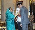 The President, Smt. Pratibha Devisingh Patil presenting the Padma Shri award to Shri V.V.S. Laxman, at an Investiture Ceremony, at Rashtrapati Bhavan, in New Delhi on March 24, 2011.jpg