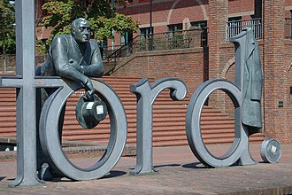 Statue of Thomas Telford outside the law courts in Telford, Shropshire. ThomasTelfordstatue.jpg