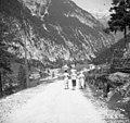 Trentarke iz Zapoudna se iz Loga vračajo domov s koruzno moko v vrečah na glavi 1952.jpg