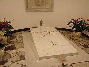 Túmulo de João Paulo II, lápide que anteriormente guardava os restos mortais do Papa João XXIII