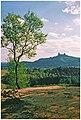 Typická silueta hradu Trosky při pohledu z vyhlídky na Boreckých skalách.jpg