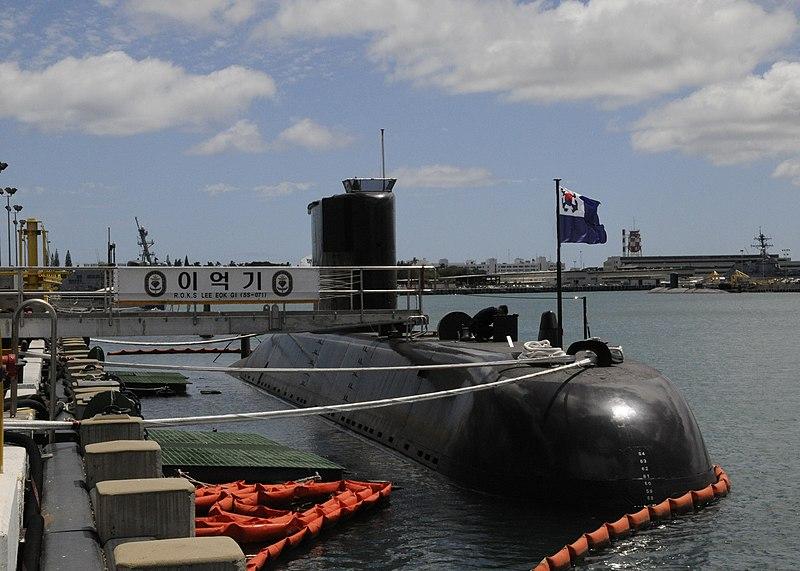 بناء غواصات طراز ''209'' بألمانيا لصالح مصر - صفحة 5 800px-US_Navy_100608-N-3560G-001_Lee_Eokgi_prepares_for_Rim_of_the_Pacific_%28RIMPAC%29_2010_pierside_at_Joint_Base_Pearl_Harbor-Hickam%2C_Hawaii