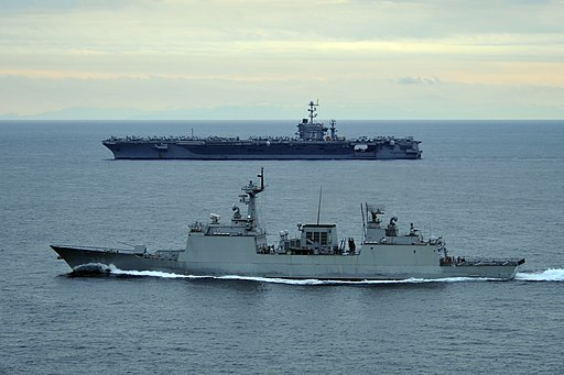 US Navy 110929-N-DS193-001 The Republic of Korea destroyer Wang Geon (DDH 978), front, escorts the aircraft carrier USS George Washington (CVN 73)