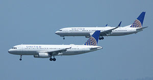 Competition between Airbus and Boeing - United Airlines Airbus A320 and Boeing 737-900 on final approach
