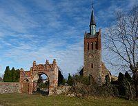 Völschow Kirche mit Friedhofsportal.JPG