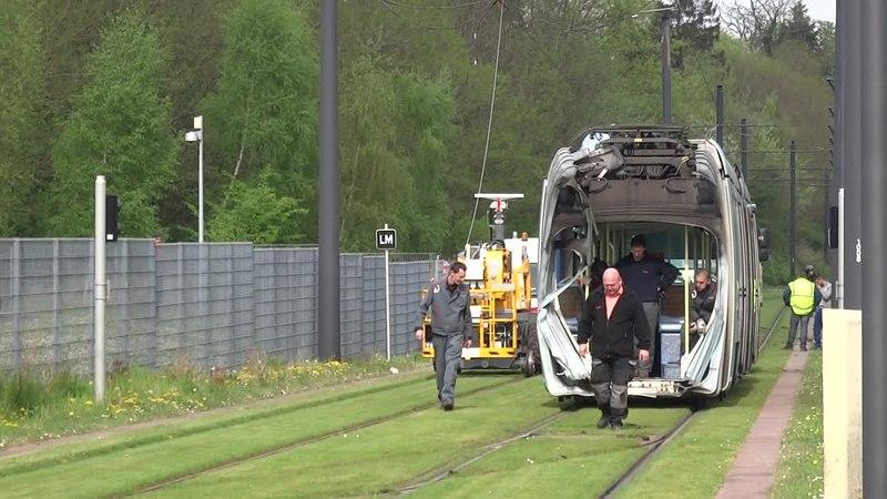 File:Valenciennes & Anzin - Déraillement de la rame de tramway n° 17 à la sortie du dépôt de Saint-Waast le 11 avril 2014 (111A).ogv