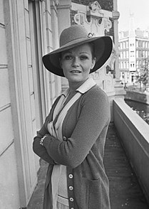 Valerie Perrine 1975.jpg