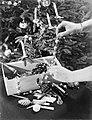 Vrouw haalt Kerstversiering uit een doos om een kerstboom op te tuigen, Bestanddeelnr 252-0950.jpg