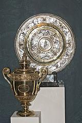 Trofea Wimbledonu (u góry kobiece, niżej męskie)