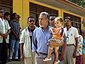 X.anana mit Sohn auf dem Weg zur Wahl.JPG