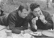 Yuri Gagarin (sinistra) e Boris Volynov (destra) durante un picnic a Dolgoprudny