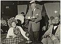 Zanger-varieté artiest Lou Bandy serveert leden van de koffieclub in Hotel Lion d'Or. NL-HlmNHA 54005164.JPG